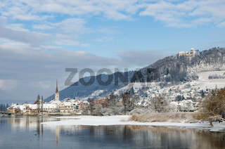Blick auf die verschneite historische Altstadt Stein am Rhein mit Burg Hohenklingen, Schweiz