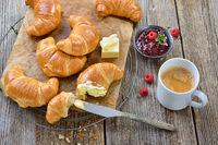 Schnelles Frühstück mit Croissants