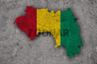 Karte und Fahne von Guinea auf verwittertem Beton - Map and flag of Guinea on weathered concrete