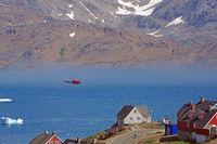 Helikopter im Anflug auf Tasilaq