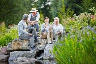 Senioren sitzen im Sommer im Garten