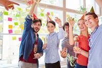 Team feiert Party auf Betriebsfeier