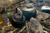 Teekessel auf dem Lagerfeuer im ersten Zeltlagerager der Abenteuerreise zu Orang Utans im Dschungel