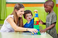 Erzieher spielt mit Jungs im Kindergarten