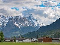 Der Ort Farchant im Werdenfelser Land vor dem Wettersteingebirge, Bayern, Deutschland