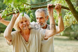 Paar Senioren unter Baum im Sommer