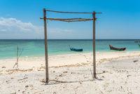 Weißer Sandstrand im Süden der Insel Weh in Indonesien
