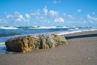 Stein am Strand der polnischen Ostseeküste