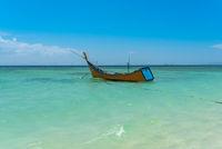 Fischerboot an der Küste im Süden der Insel Weh in Indonesien