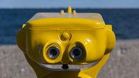 Gelbes Fernglas an Aussichtspunkten und Sehenswürdigkeiten