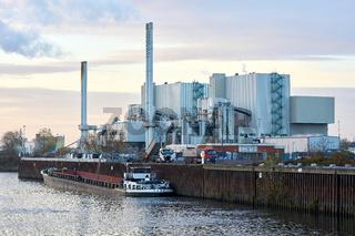 Müllheizkraftwerk am Ufer des Flusses Elbe bei Magdeburg