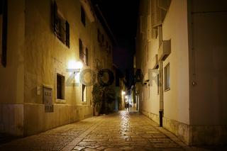 Gasse in der historischen Altstadt von Porec am Abend