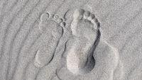 Großer und kleiner Fuß im Sand - Ostseestrand - Foodprint