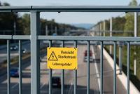 Warnhinweis Schild an Autobahnbrücke Starkstrom