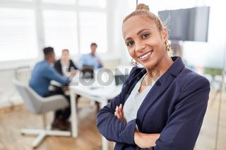 Business Frau als Trainee oder junge Chefin