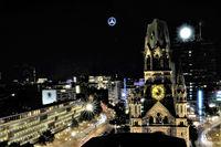 Blick vom Motel One Upper West auf die Gedächtnis--Kirche - Nachtaufnahme - Berlin
