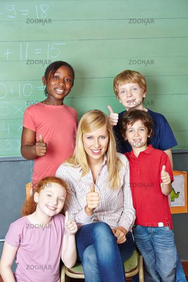 Lehrer und Schüler halten Daumen hoch