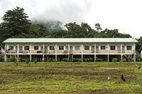 Ein von der Regierung gesponsertes Langhaus eines Umsiedlungsprojekts für die indigene Volksgruppe der Penan in einem Penan-Dorf in der Nähe des Flusses Melinau