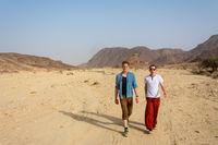 Junge Männer wandern in der Wüste