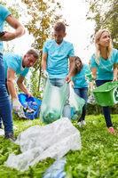 Frewillige sammeln Müll beim FÖJ als Umweltschutz Aktion