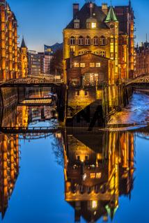 Das Wasserschloss in Hamburg bei Nacht