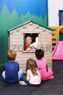 Frau spielt Theater im Kindergarten