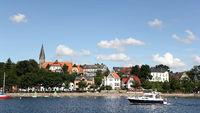 Romanische Feldsteinkirche und Strandpromenade im Ortsteil Borby von Eckernförde an der Ostsee
