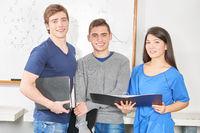 Drei Jugendliche als Schüler