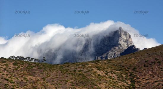 Blick auf den nebelverhangenen Tafelberg in Kapstadt, Südafrika