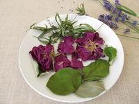 Wohlriechendes Duftpotpourri mit Rosenblüten, Waldmeister, Quittenblättern und Lavendel