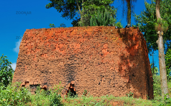 Einfacher Lehmofen für Ziegel in Süd-Uganda | Simple clay oven for bricks in Southern Uganda