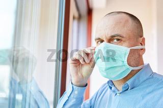 Senior als Covid-19 Patient in Quarantäne zu Hause