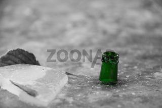 Grüne Trinkflasche im schwarz-weiß-Bild - Wasserstandsanzeiger