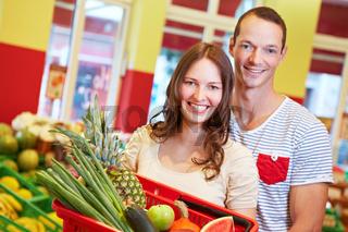 Lachendes Paar im Supermarkt