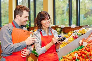 Mitarbeiter in Supermarkt bei mobiler Datenerfassung