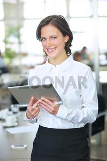 Lächelnde Geschäftsfrau mit Tablet Computer