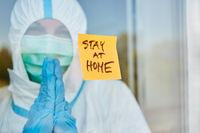 Klebenotiz Zettel mit Stay at Home Nachricht an Tür von Klinik