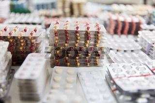 Medikamente und Pillen gestapelt als Konzept