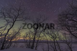 Sternenspuren ueber dem gefrorenen See Tornetraesk, Lappland