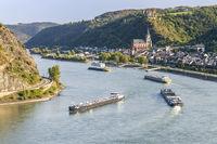 Rheinschifffahrt bei Oberwesel am Mittelrhein in Rheinland-Pfalz im Rhein-Hunsrück-Kreis mit der Burg Schönburg und der Liebfrauenkirche