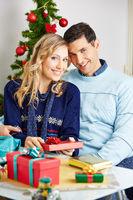 Paar beim Verpacken von Geschenken zu Weihnachten