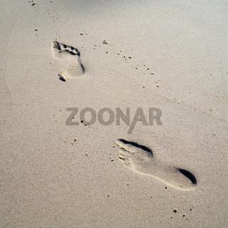 Fußabdrücke am Strand der polnischen Ostseeküste