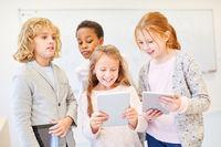 Gruppe Kinder in Grundschule mit Tablet Computer