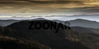 Windräder im Schwarzwald mit Blick auf die Alpen