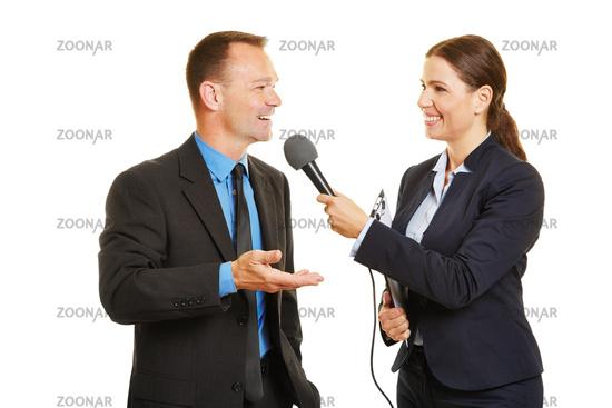 Pressesprecher gibt Journalistin ein Interview