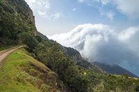 Wanderweg über den Wolken bei Arguamul im Nordwesten der Insel La Gomera