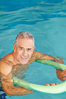 Senior Mann beim Aquafitness