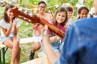 Kinder klatschen Applaus als Publikum bei Talentshow