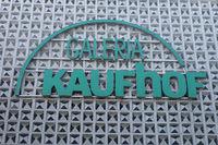 Teilansicht der Fassade von Galeria Kaufhof mit Schriftzug und Logo - Ulm