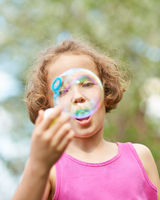 Mädchen macht eine große Seifenblase
